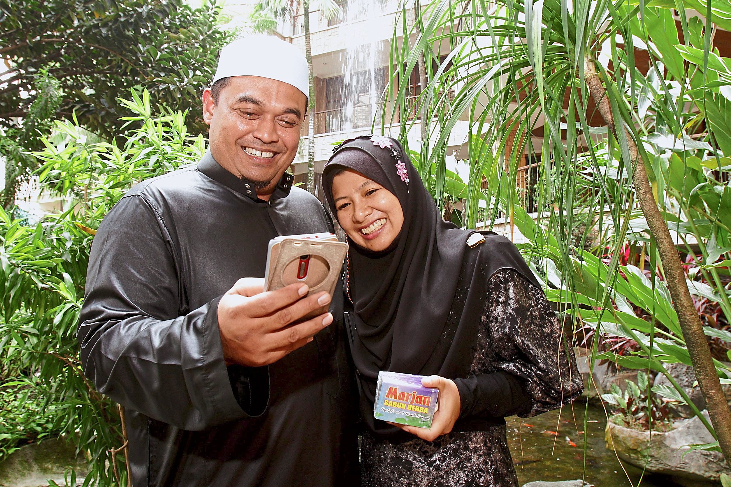 A THOUSAND RINGGIT A DAY: Mohamad Yusni, 39 and Marjan Rahman, 37, have increased the size of their herbal soup business in the past few months after setting up a Business Facebook Page.