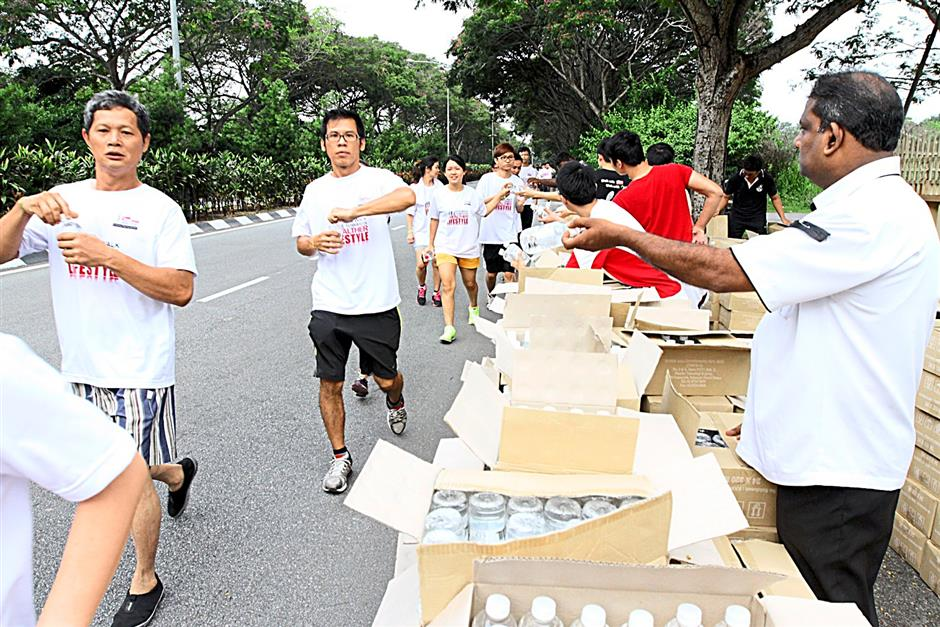 Walkers refreshing themselves  with bottle water sponsor by The Keris Properties during Ipoh Starwalk 2014 .RONNIE CHIN/The Star
