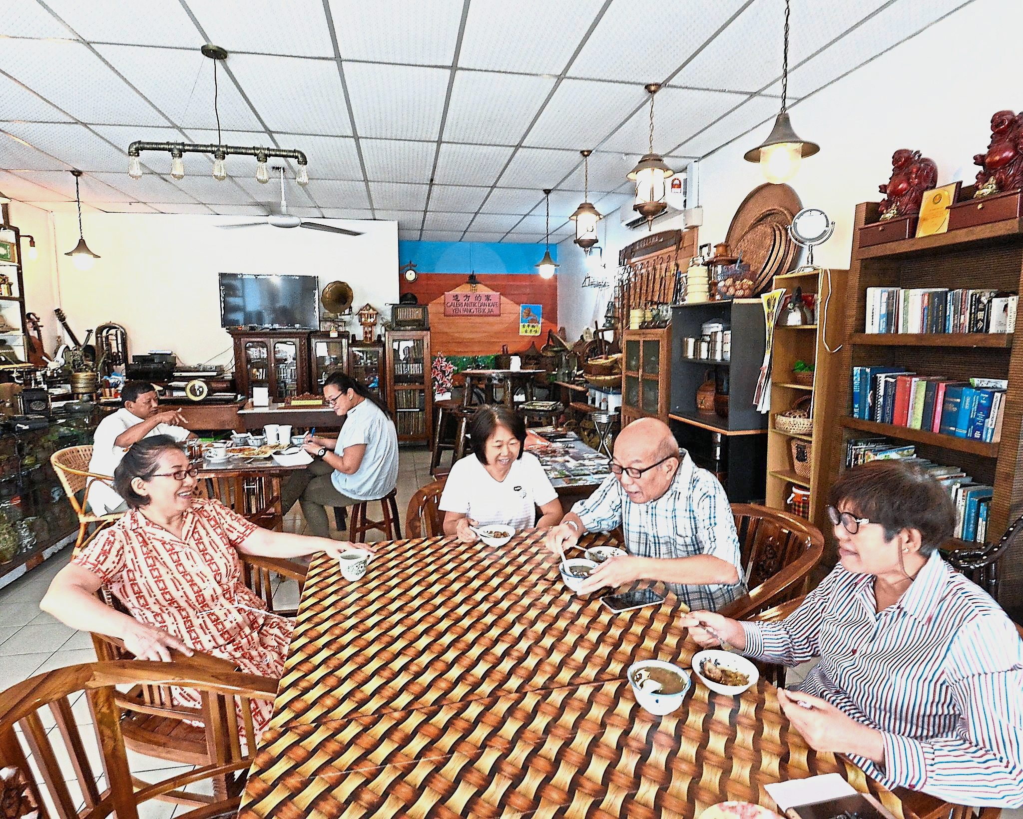 The cafe in the collectibles gallery where Woon's friends like to gather for chit-chat sessions.