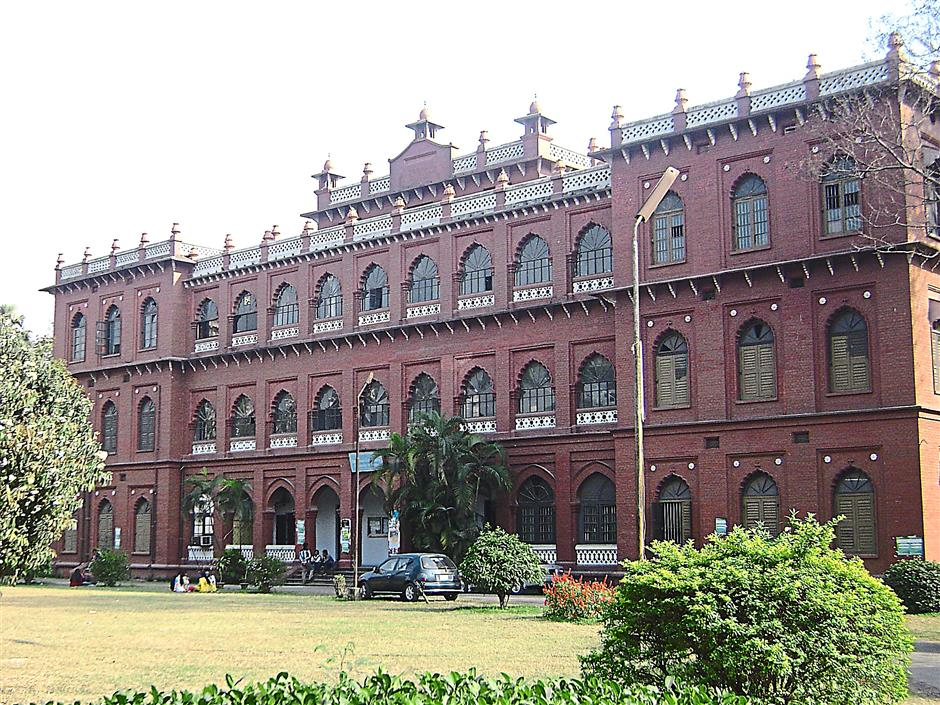 A remnant of the country's colonial past, the red-brick Curzon Hall is over a century old. Once supposed to be the Dhaka town hall, it is today part of Dhaka University's school of science.