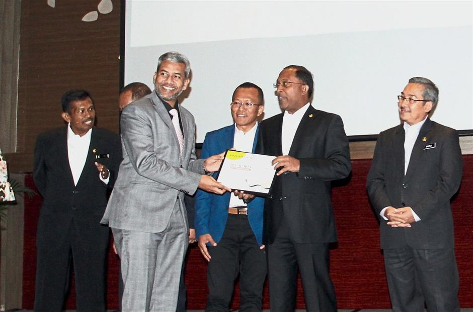 Zambry (second from right) presented a certificate of appreciation to a MyEvents International representative, one of Pangkor Dialogue's associate partners, during the Pangkor Dialogue1818 Kickstart Campaign at Ipoh Convention Centre.