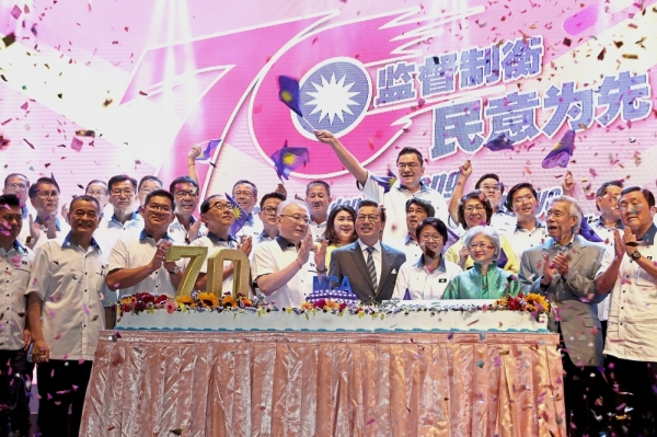 (From fifth right) Dr Wee, former president Datuk Seri Liow Tiong Lai, Chew, former MCA president Tun Tan Siew Sin's daughter Datin Paduka Tan Siok Choo, former deputy president Tan Sri Lim Ah Lek and former secretary-general Datuk Seri Ong Ka Chuan at the 70th anniversary celebration in Wisma MCA.