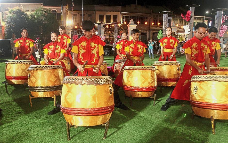Drummers heightening the occasion with a robust performance. (Right pic) Guests lining up for the sumptuous buffet at the Seh Tek Tong Cheah Kongsi.