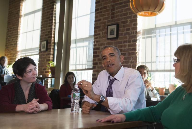 US President Barack Obama speaks to working Americans  after having lunch at Charmington\'s Cafe in Baltimore, Maryland, Jan 15, 2015 - AFP Photo.