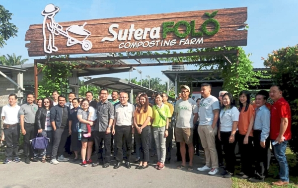 Lau (ninth from right), Tan (tenth from right) and Liow (eighth from right) at the SuteraFOLO open day.