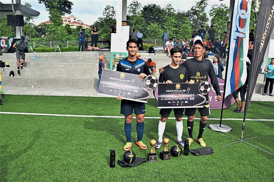 Diniz (left) and Wan Irfan (centre) with one of MDF's assistant coaches.