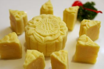 LIGHT AND THIN: Durian lovers will enjoy the Snow Skin Musang King Durian mooncake.