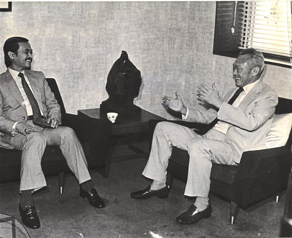 Good times: Lee chatting with then Datuk (now Tun) Abdullah Ahmad Badawi when the latter called on him at the Istana presidential palace back in 1985. — Bernama