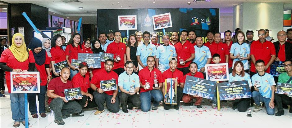 Petaling Jaya mayor Datuk Mohd Azizi Mohd Zain (centre, in blue) with the winners of last year's tournament. — filepic