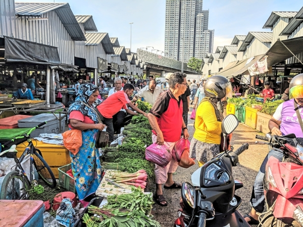 No improvement: Traders in the Selayang market are seeing their businesses plummet due to the continuing presence of illegal foreign traders on the road-side outside the market.