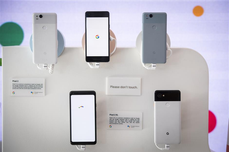 Google Inc. Pixel 2 and Pixel 2 XL smartphones are displayed during the 2018 Consumer Electronics Show (CES) in Las Vegas, Nevada, U.S., on Thursday, Jan. 11, 2018. Electric and driverless cars will remain a big part of this year\'s CES, as makers of high-tech cameras, batteries, and AI software vie to climb into automakers\' dashboards. Photographer: David Paul Morris/Bloomberg