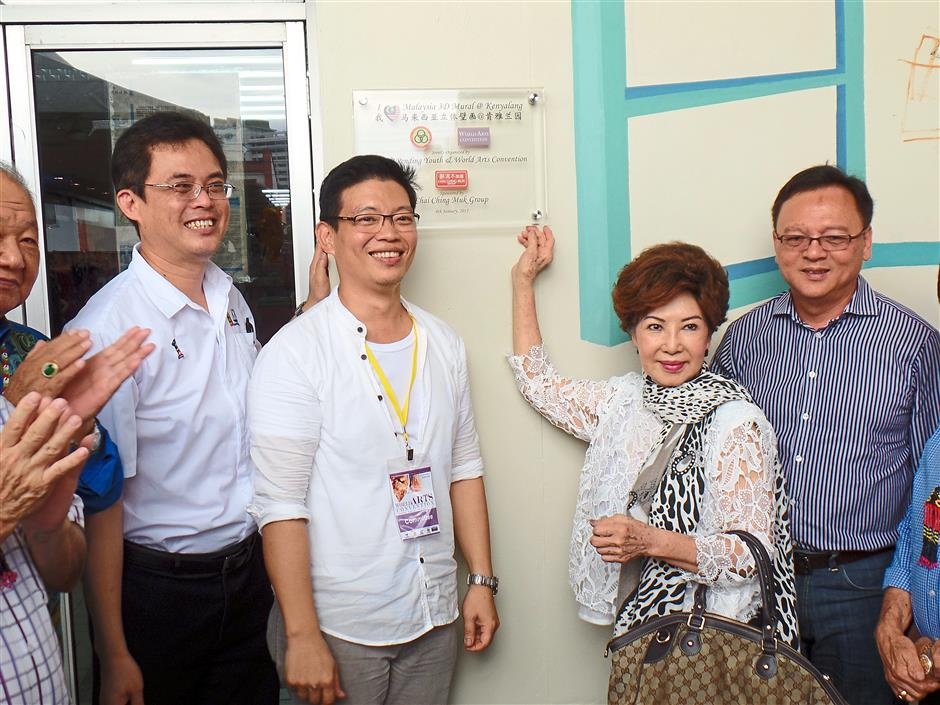 Inspiring: (From left) SUPP Pending Youth chief Tan Kai, Goh, Datin Seri Teng Lan Hua and Lo Khere Chiang installing the plaque for 3D mural.