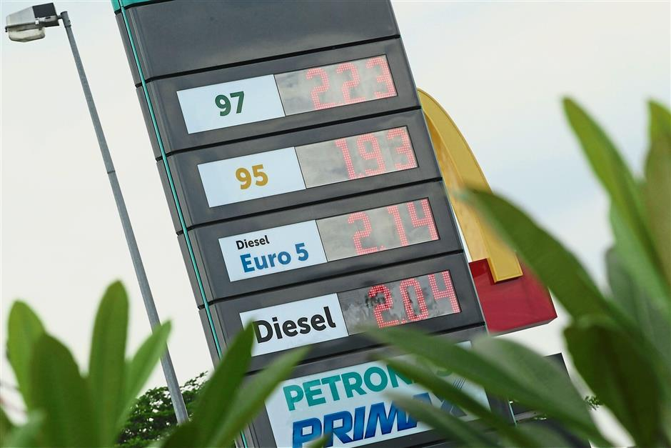 Pics of motorists queing to fuel the petrol. Azman Ghani / The Star