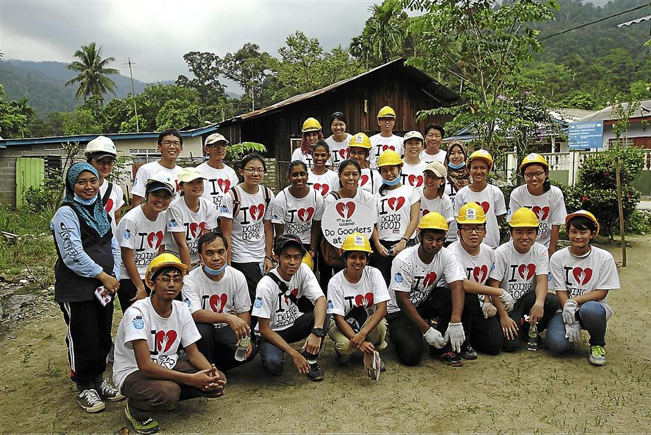 A total of 28 volunteers helped refurbish the homes of Orang Asli families during the Good Day Out in-house-project where volunteers from the public have come together to help Orang Asli families refurbish their homes (September 14, 2013).