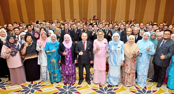 Prof Asma (seventh right), Dr Siti Hamisah (fifth right), Dr Mohd Gazali (sixth right), MQA chief executive officer Datuk Dr Rahmah Mohamed (fourth right) and UPM vice-chancellor Prof Datuk Dr Aini Ideris (eight right) at the Flexible Education Seminar 2019.