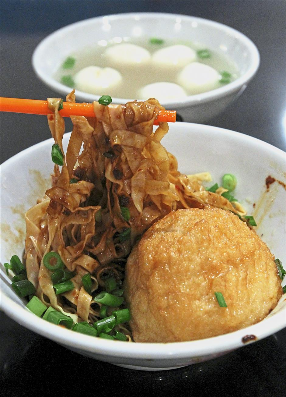 One of the specialities at Encik Tan is the fish cake noodles which comes with a generous portion of handmade fish cake.
