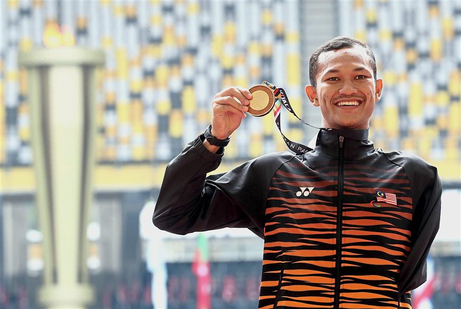 Malaysian Muhamad Ashraf Muhammad posing with Gold medal after won in the mens 1500m T46 final event at National Stadium Bukit Jalil.AZHAR MAHFOF/The Star