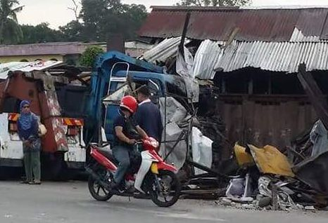 Dump truck ploughs through several shop-lots in Hulu Langat