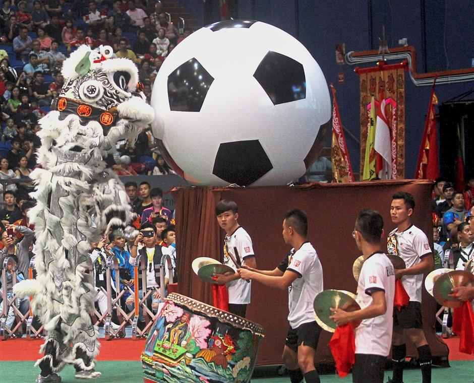 Team members of the Kun Seng Keng Lion and Dragon Association Muar appeared in football attire with a giant football, much to the delight of the audience.