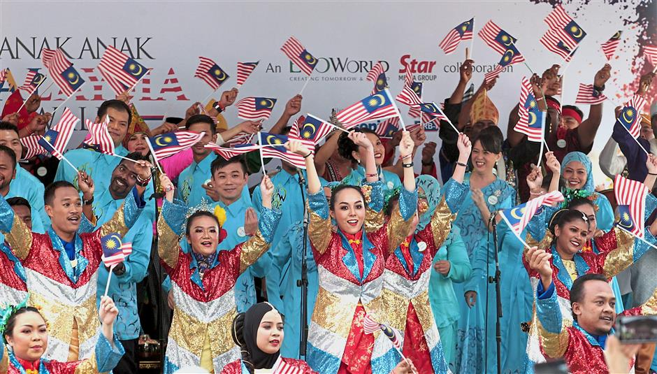 An energetic performance by the EcoWorld Choir team and EcoWorld Symphony Drummers included a mash-up of 'Anak Malaysia'and 'Jalur Gemilang '.