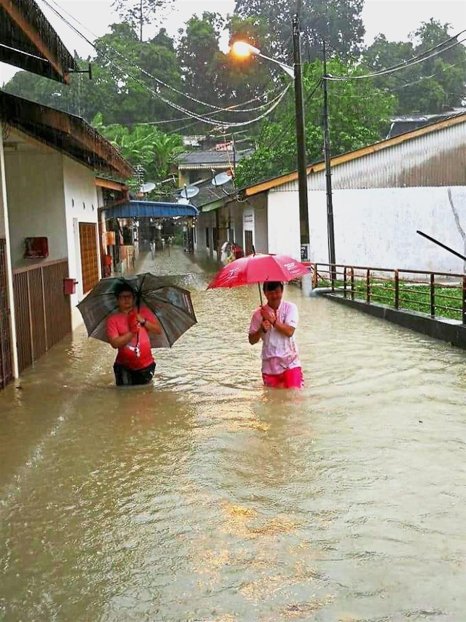 Flood victims wading through the water in the Hong Seng Estate in Georgetown,Penang. SOCIAL MEDIA // 05 JAN 2018