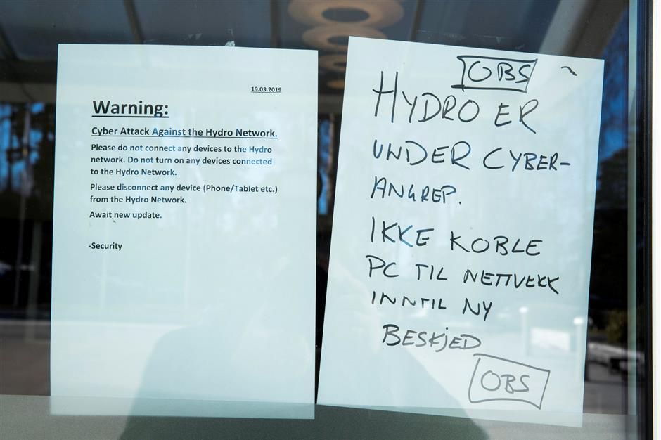A note warning visitors about a cyber attack is seen at the headquarters of aluminum producer Norsk Hydro in Oslo, Norway March 19, 2019.    NTB Scanpix/Terje Pedersen  via REUTERS   ATTENTION EDITORS - THIS IMAGE WAS PROVIDED BY A THIRD PARTY. NORWAY OUT. NO COMMERCIAL OR EDITORIAL SALES IN NORWAY.