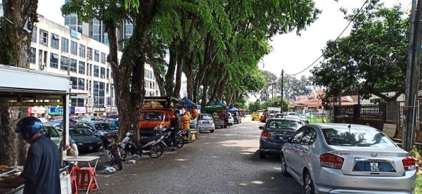 Haphazard parking along Jalan SS5D/6 in SS5, Petaling Jaya, is causing serious traffic problems for residents. — Photos: AZLINA ABDULLAH/The Star