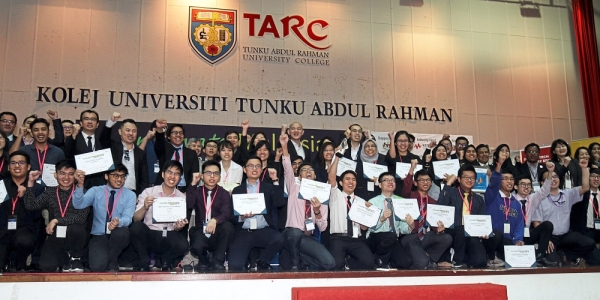 Ong (back row, middle) having a group photo with all the winners during the prize-giving ceremony at Tunku Abdul Rahman University College in Tanjung Bungah. — Photos: CHAN BOON KAI/The Star