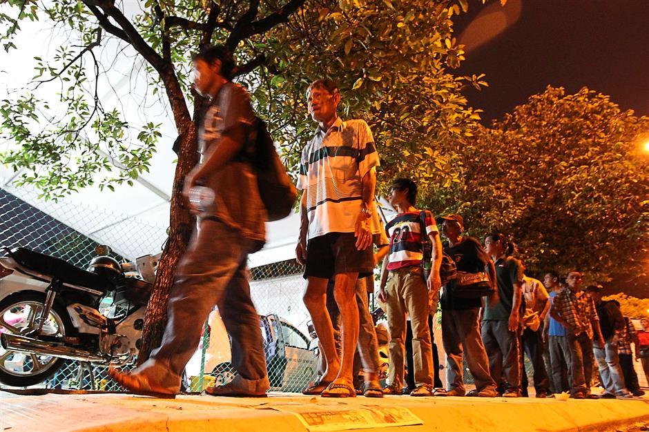 The long line around the corner near Medan Tuanku where the Pertiwi Hari Raya event was held.