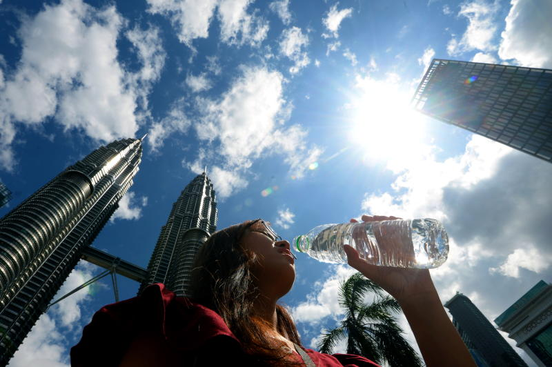 Feeling Extra Hot These Days? Met Dept Says The Scorching Hot Weather Will Last For Another Month | News | Rojak Daily