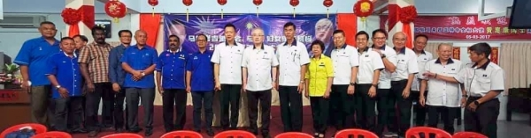 Dr Wee (middle) with leaders of BN component parties at the Bakri MCA division annual general assembly.