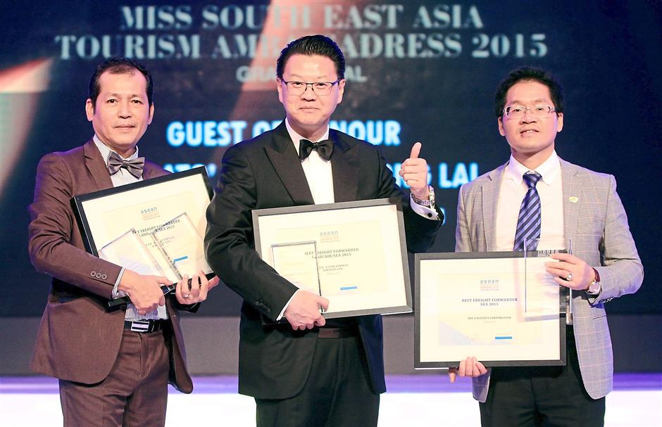 (From left) E.F.R-G Link Express chairman Kyaw, PKT Logistics Tio, and Bee Logistics Corp representative Victor Tran Dang Nam with their awards.