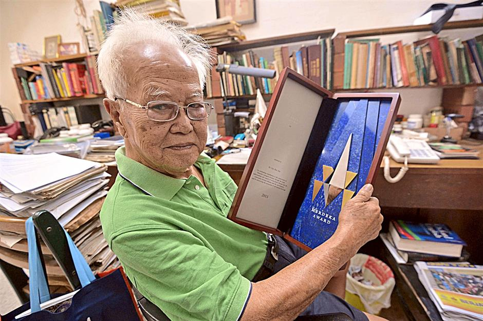 Dr Lim Boo Liat and the plaque of the Merdeka Award 2013 (environment category) which he recently received.