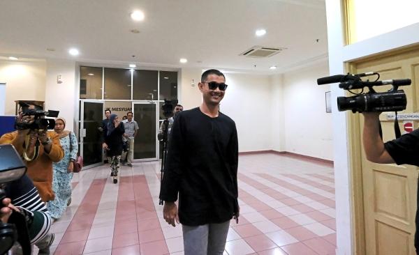 PETALING JAYA, 21 Jun -- Pelakon filem Lagenda Budak Setan, Datuk Farid Kamil Zahari hari ini diperintahkan membela diri atas empat pertuduhan termasuk mencederakan anggota polis di Balai Polis Trafik Kota Damansara, Januari tahun lalu. Majistret Nor Arifin Hisham membuat keputusan itu selepas mahkamah mendapati pihak pendakwaan berjaya membuktikan kes prima facie di akhir kes pendakwaan. --fotoBERNAMA (2019) HAK CIPTA TERPELIHARA