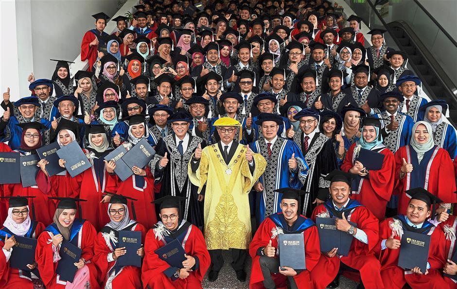 PEKAN, 21 Julai -- Pemangku Raja Pahang Tengku Mahkota Pahang Tengku Abdullah Sultan Ahmad Shah (hadapan, tengah) bersama para pelajar dan tenaga pengajar pada majlis Konvokesyen DRB-Hicom University of Automotive Malaysia Ke-5 hari ini.Turut hadir Menteri Besar Pahang Datuk Seri Wan Rosdy Wan Ismail dan Naib Canselor DRB-Hicom University of Automotive Malaysia Prof Datuk Dr Omar Osman.--fotoBERNAMA (2018) HAK CIPTA TERPELIHARA