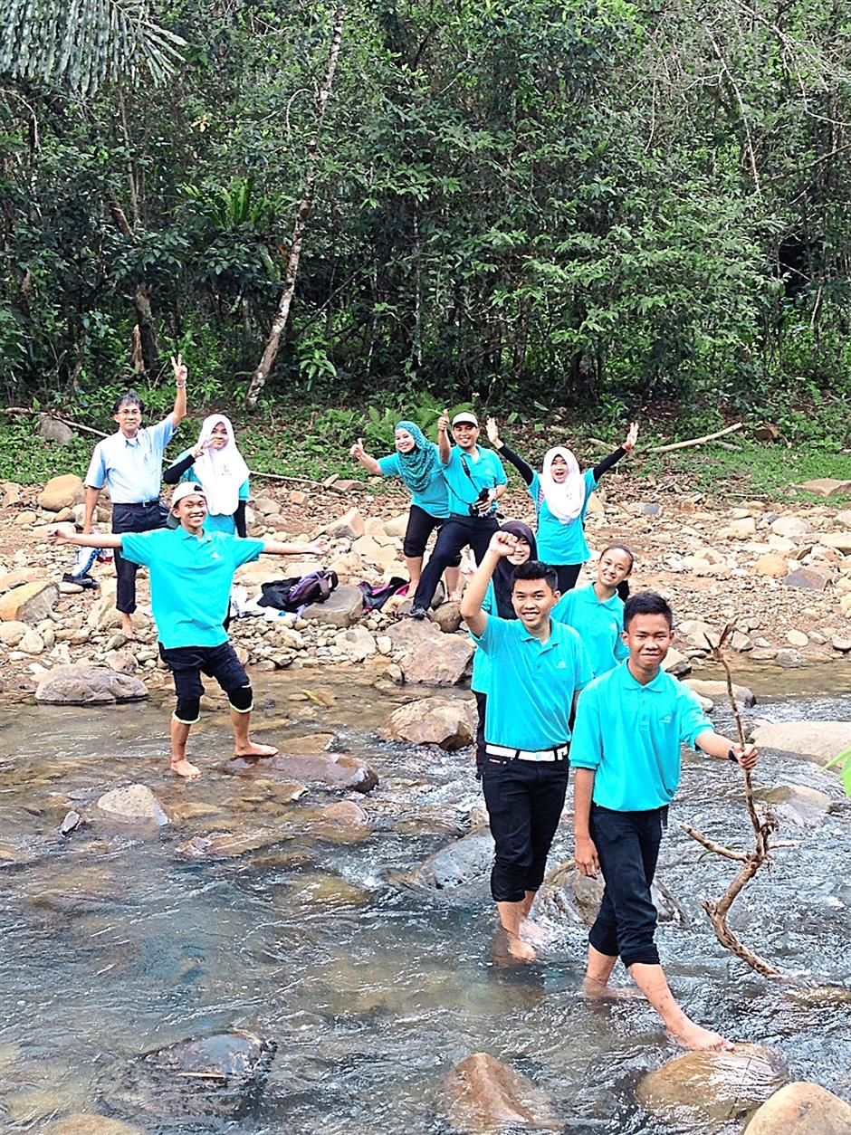 Students of SMK Bandaraya Kota Kinabalu trying to revive a traditional river and fishery rehabilitation system known locally