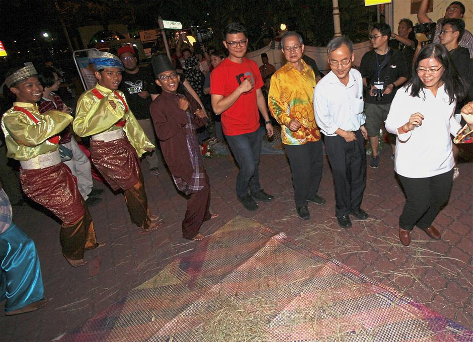 (From right) Wong, Kepayang assemblyman Dr Ko Chung Sen, Deputy Health Minister Dr Lee Boon Chye and Tan taking part in the belotah dance at the event.