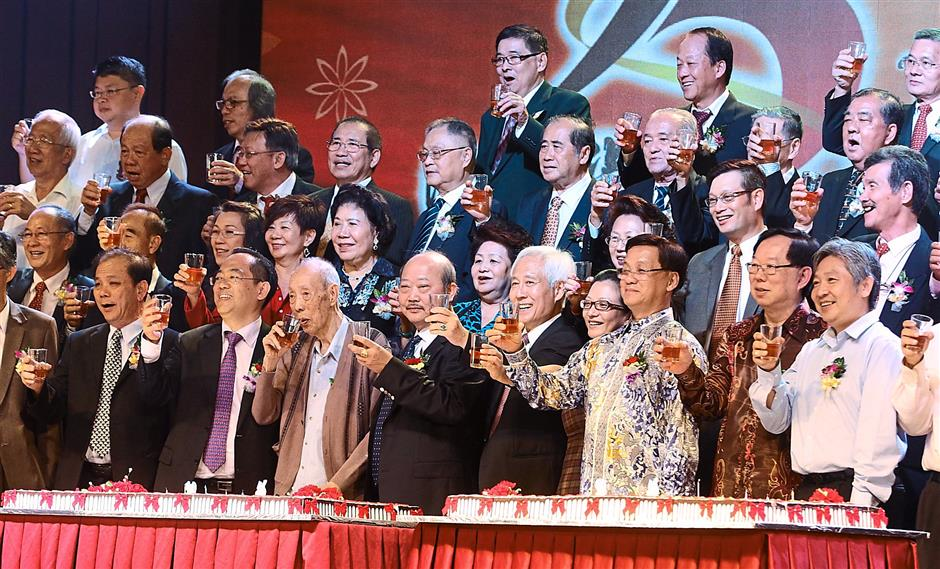 Kicker: Chong Hwa Independent High School board of directors and guests toasting at the cake cutting ceremony to celebrate the school's 95th anniversary.