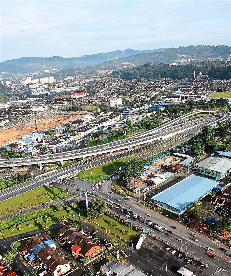Aerial view: The Duke Highway at Greenwood Interchange 1. — filepic