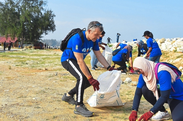 Aranols doing his part at the clean-up at Pantai Remis, Perak.