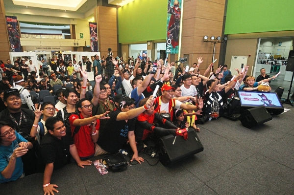 (Above) Excited fans near the stage area during a game session.