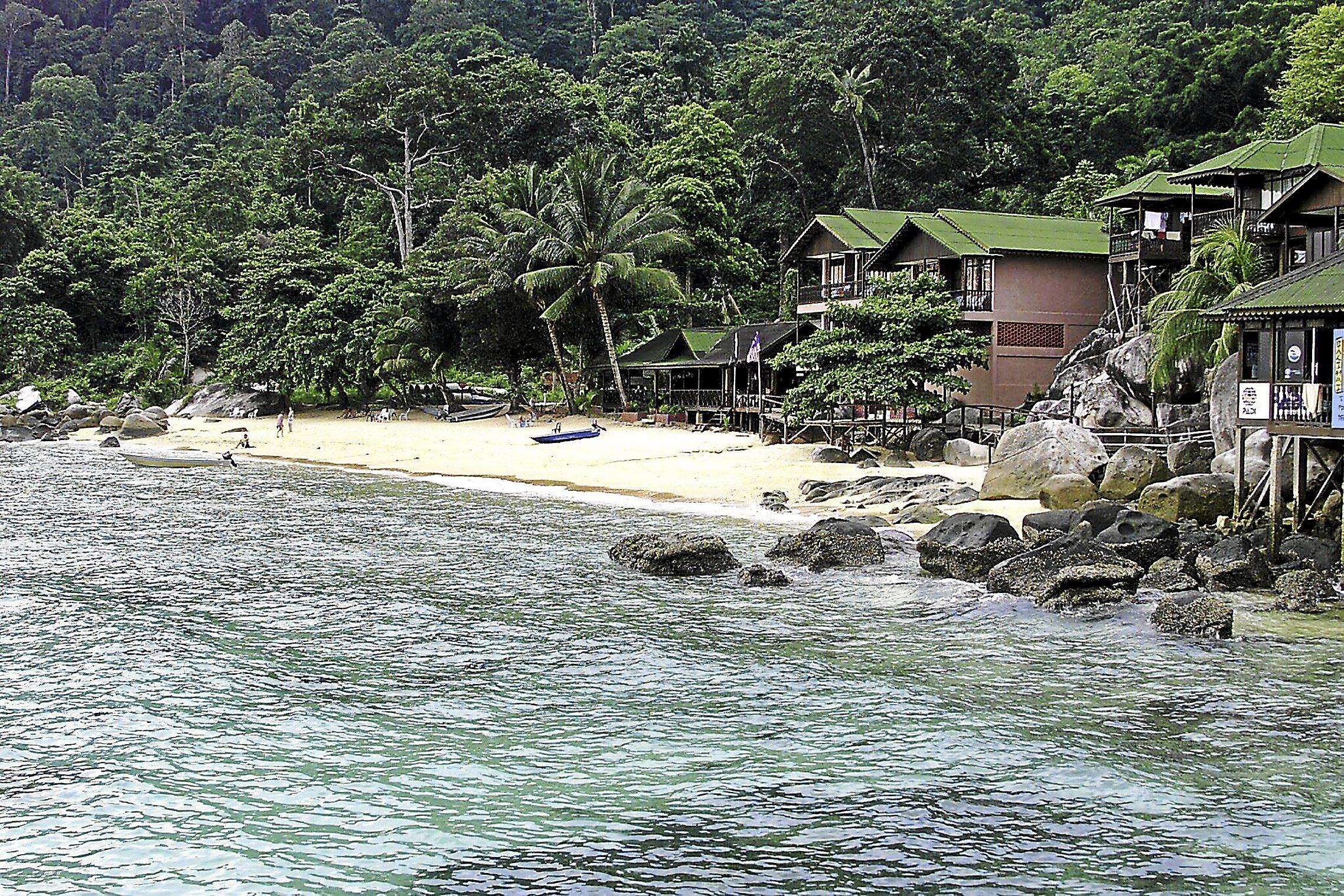 PULAU TIOMAN, 3 Dis -- Panuba Inn Resort di kawasan bukit seluas 0.4 hektar di Teluk Panuba, di bahagian barat Pulau Tioman, menyediakan kemudahan penginapan yang unik dan kini popular di kalangan pelancong luar terutamanya para penyelam.-- fotoBERNAMA HAKCIPTA TERPELIHARA