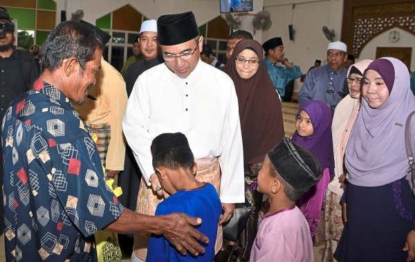 Hello there: Adly greeting children during the Ramadan Inspiration programme organised by YaPEIM at Al-Muttaqin Mosque in Kampung Tedong, Merlimau. u2014 Bernama