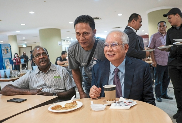One for the album: Najib having a meal at the food court of the court complex in  Kuala Lumpur. — Bernama