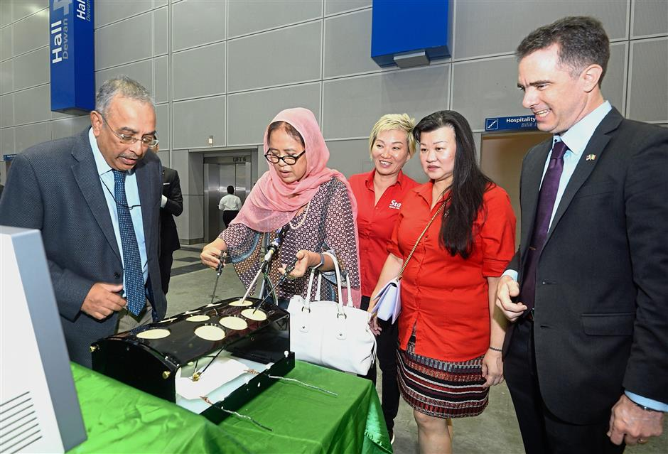 No easy task: (From left) RCSI and UCD Malaysia Campus head, RUMC surgery Prof Dr Premnath N watching as Dr Siti Hamisah uses the laparoscopic stack which trains doctors in keyhole surgery. Looking on are I.Star Events chief executive officer Datuk Adriana Law, Ng and RUMC president and CEO Prof Stephen Doughty.