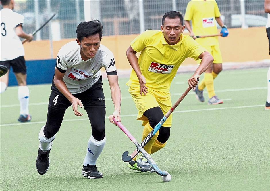 Selangors Mohammad Rifdi Syimir Samat Yahsa (left) goes up against Olaks Mohd Rani Mohd Shukor in the first game.