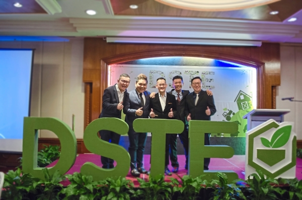 Labuan launch: (from left) DSTE administrative and investor relations head Steven Goon, business development head Datuk Seri Jerry Tay Yeong Min, CEO Datuk Seri Tan Choon Keng, Lim and Chin pose on stage at DSTE's launch in Labuan on Saturday.