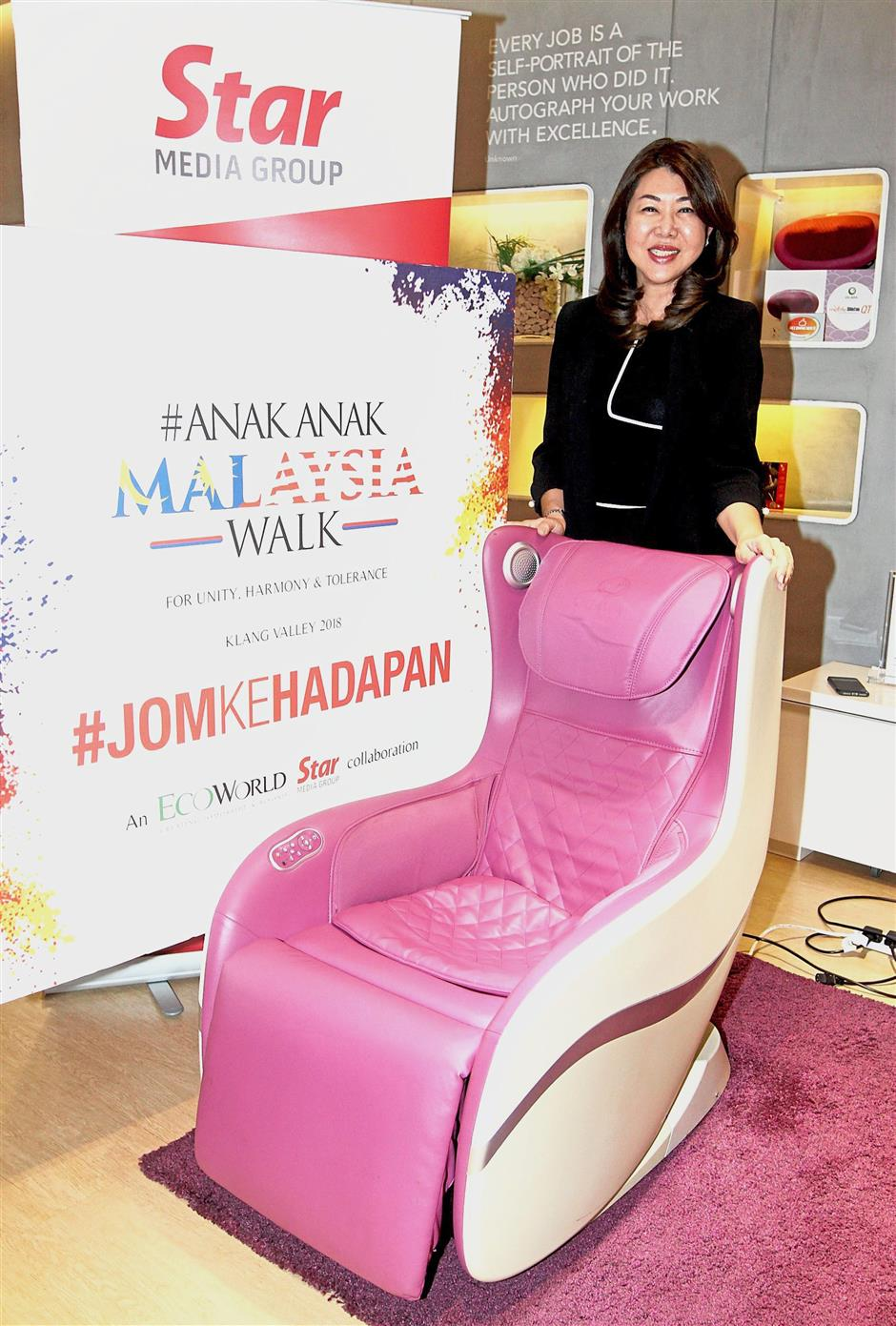 Lim showing the Ogawa MYsofa massage chair which will be given away at the AnakAnakMalaysia Walk.