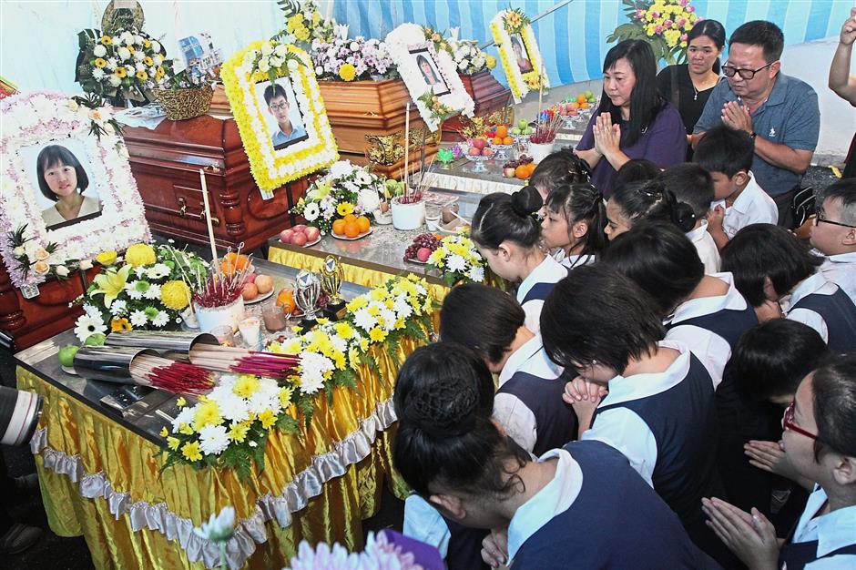 Tragic loss: Teachers and students of SJK (C) Li Tek paying their last respects to ufeffJia Ying and ufeffYin Chun at theufeff wake in Sri Saujana, Gat Lebuh Macalllum.