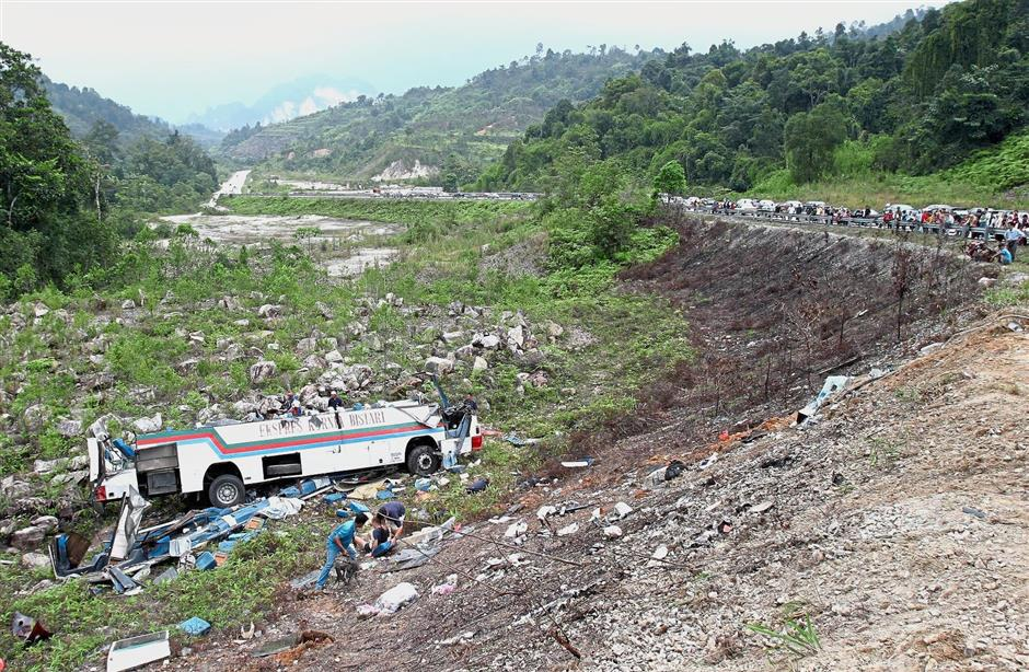 The ill-fated express bus that plunged into a ravine in 2004. — Filepic